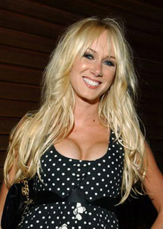 účes Kimberly Stewart - dlouhé vlasy