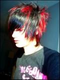 Účes pro kluky, z krátkých rovných vlasů černé barvy s červeným melírem