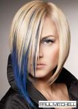 Polodlouhé mikádo z rovných vlasů střižené do podkovy, blond barvy, zvýrazněné modrým melírem