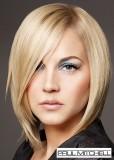 Elegantní polodlouhé mikádo z rovných vlasů blond barvy s pěšinkou na straně