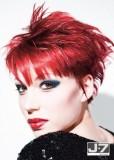 Krátký sestříhaný rozcuch z rovných vlasů červené barvy