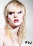 Silně sestříhaný účes ve dvou délkách, blond barvy s rovnou ofinou do čela