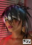 Asymetrický polodlouhý rozcuch, z rovných vlasů černé barvy s barevnými melíry