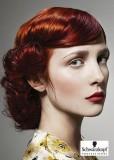 Společenský účes z dlouhých na ramena vyčesaných vlasů, červené barvy