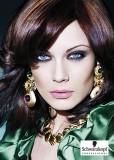 Okouzleně zvolený melír ve tmavším odstínu na polodlouhých vlasech vyzývá ke společnským příležitostem