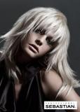 Kouzelný postupně sestříhaný účes, bílé vlasy