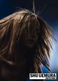 Nepravidelné setříhání polodlouhých vlasů s jemně promelírovaným rozcuchem