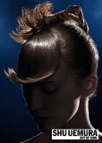 Okouzlující účes s mírně zvedlou ofinou a stočenými vlasy do elegantního drdolu