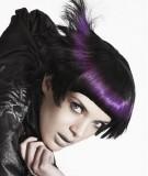 Extravagantní účes černých vlasů promelírován tajemným fialovým odstínem