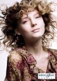 Romantické lokny a kudrlinky na polodlouhých vlasech