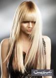 Kouzelný melír v jemném odstínu na dlouhých blond vlasech s rovnou ofinou do očí a bočním sestříhem kolem obličeje