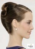 Elegantně působící účes vyčesán do drdolu, na zadní části hlavy různě posepínané lokny