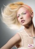 Asymetrie blond účesu s duhovým melírem