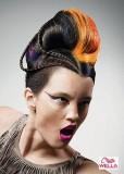 Umělecký výtvor extravagantního účesu s kombinací barev a hladkého výčesu s pletenými copánky