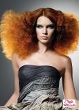 Divoké afrolokny oslňují v rezavé barvě s jemným melírem
