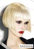 Krátký účes rovného střihu s ofinou, v přecházejících odstínech blond