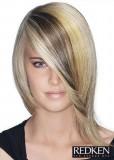 Stupnovitě sestříhaný polodlouhý blond účes s pěšinou na straně a s vícebarevným melírem