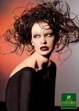 Extravagantní společenský účes z vlnitých vlasů