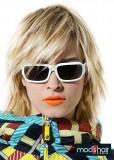 Moderní polodlouhý blond účes, prostříhaný s ofinou na straně