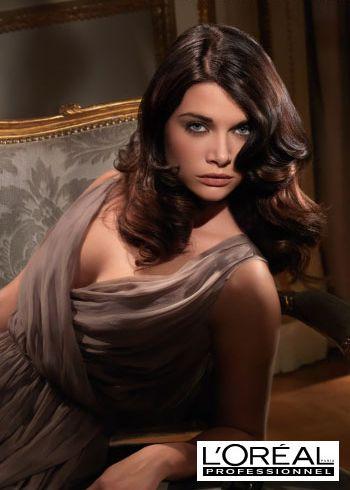Elegantní účes z dlouhých zvlněných vlasů, hnědé barvy se světlým melírem