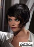 Sexy uhlazený účes z krátkých vlasů tmavohnědé barvy