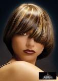 Elegantní dámský krátký účes s hustou rovnou ofinou, tmavohnědé barvy s výrazným blond melírem