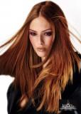 Mírně sestříhaný rozevlátý účes z rovných vlasů červené barvy
