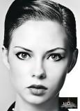 Uhlazený účes dozadu, z krátkých rovných vlasů