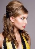 Společenský účes romantického vzhledu, z dlouhých zvlněných vlasů