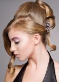 Na temeni vyčesaný společenský drdol z dlouhých rovných vlasů blond bavy
