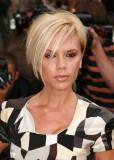 Victoria Beckham - Asymetrický účes z krátkých vlasů blond barvy s dlouhou ofinou na straně