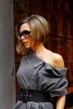 Victoria Beckham - Polodlouhé mikádo z rovných vlasů hnědé barvy