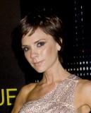 Victoria Beckham - Lehký rozcuch z krátkých sestříhaných vlasů hnědé barvy