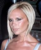Victoria Beckham - Krátké mikádo střižené do podkovy, blond platinové barvy, s pěšinou na straně