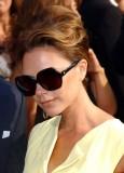 Victoria Beckham - Společenský účes z polodlouhých vyčesaných vlasů hnědé barvy