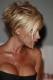 Victoria Beckham - Asymetricky sestříhané mikádo z krátkých blond vlasů s dlouhou ofinou
