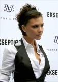 Victoria Beckham - Rozcuch z krátkých vlasů hnědé barvy, ozdobený čelenkou