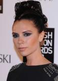 Victoria Beckham - Vysoce vyčesaný společenský účes na temeni, z rovných tmavohnědých vlasů