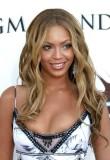 Beyonce Knowles - Lehce vlnitý účes světlé barvy s melírem