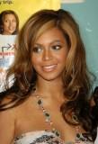 Beyonce Knowles - Tmavý, světle promelírovaný, účes, volně splývající přez ramena