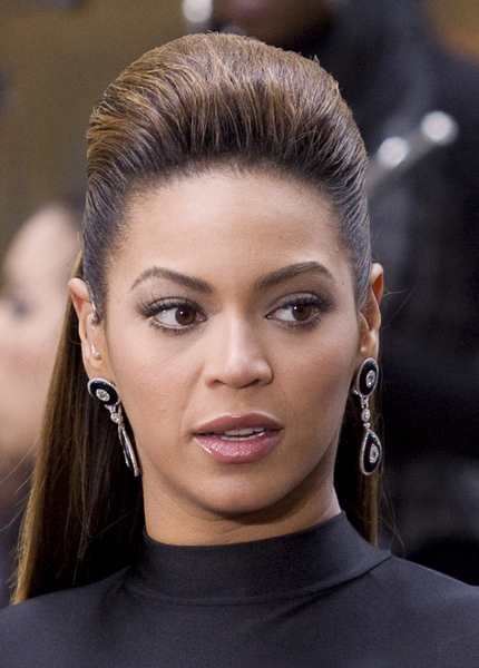 Beyonce Knowles - Částečně vyčesaný účes z dlouhých rovných vlasů hnnědé barvy