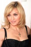 Madonna - Polodlouhý účes světlé barvy s pěšinkou