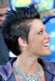 Pink - Krátký mírně extravagantní účes z rovných vlasů natužených vzhůru
