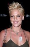 Pink - Krátký extravagantní rozcuch z rovných vlasů blond barvy
