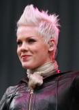 Pink - Po stranách sestříhaný účes z krátkýh rovných vlasů blond barvy, na temeni natužený vzhůru