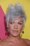Pink - Extravagantní rozcuch blond platinové barvy z krátkých rovných vlasů