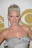 Pink - Společenský účes z rovných vyčesaných vlasů blond barvy, ozdobený sponou