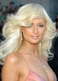 Paris Hilton - Hodně zvlněný účes z dlouhých vlasů blond barvy