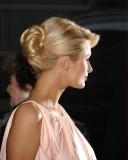 Paris Hilton - Elegantní vyčesaný společenský účes z dlouhých rovných vlasů blond barvy