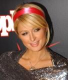 Paris Hilton - Společenský účes z vyčesaných vlasů blond barvy, zdobený čelenkou